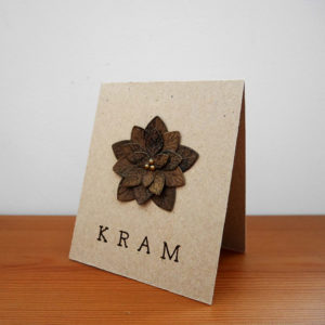 """Kort i naturpapper med brun blomma och texten """"kram"""" på"""